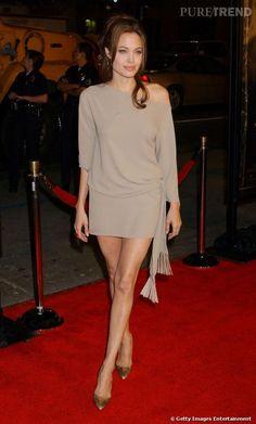 Joli jeu de jambes, tenue simple et l'épaule qui fait toute la différence, Angelina Jolie en impose.