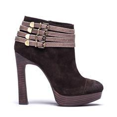 O calçado com aplicação de fivelas está mesmo em voga