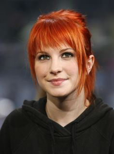 ❤️ Redhead beauty❤️ Hayley Williams of Paramore always looks extra bold with her bangs and fun hair colors. Hayley Paramore, Paramore Hayley Williams, Haley Williams Hair, Hayley Williams Short Hair, Hair Inspo, Hair Inspiration, Pelo Formal, Grunge Hair, Cut And Color