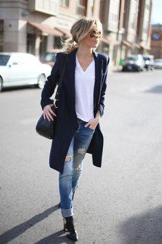 джинсы свободного кроя, удлиненный пиджак и каблук. За счет верхней одежды привычное сочетание обретает более женственный и собранный вид.