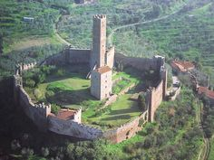 The Castle of Montecchio Vesponi, between Castiglione Fiorentino and Cortona Chateau Medieval, Medieval Castle, Castle Ruins, Beautiful Castles, Fortification, Historical Architecture, Fantasy Landscape, Places Around The World, Abandoned Places