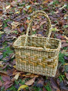 Rush Bag by Jane Bradley Willow Weaving, Basket Weaving, Indian Baskets, Big Basket, Basket Decoration, Weaving Patterns, Nature Crafts, Weaving Techniques, Wicker Baskets