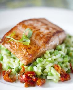 Baked salmon with pea and tomato confit risotto - nourriture Fish Recipes, Seafood Recipes, Healthy Recipes, Salade Caprese, Low Carb Brasil, Food Porn, Cuisine Diverse, Happy Foods, Baked Salmon