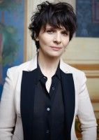 Juliette Binoche maintained a successful, critically acclaimed career, alternating between French and English language roles in both mainstream and arthouse productions. Cute Hairstyles For Short Hair, Pretty Hairstyles, Short Hair Cuts, Curly Hair Styles, Juliette Binoche, Chic Short Hair, Actrices Hollywood, Short Wigs, French Actress