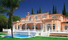 Une villa de luxe peinte en rose du chanteur Prince