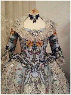 Traje de fallera siglo XVII de DISSENYS MARGA NOGUERA 17th Century Fashion, 18th Century Dress, Old Dresses, Vintage Dresses, Vintage Outfits, Baroque Fashion, Victorian Fashion, Women's Fashion, Historical Costume