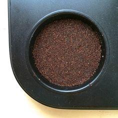Regelmäßige Kaffeetrinker kennen das: Jeden Tag landet etwas Kaffeesatz im (Bio-)Müll! Ist nicht tragisch, denn schließlich ist er biologisch abbaubar.Aber warum wegwerfen, wenn man aus den Resten des köstlichen Getränkes auch tolle Peeling-Bars zaubern kann?  Dazu braucht ihr:  - Kaffeesatz - Zucker - Sheabutter und/oder Kakaobutter - Etwas Wasser  Optional: - Zimt - Natron oder K ...