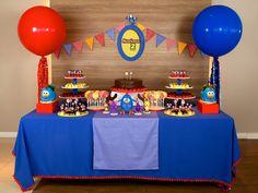 Os balões gigantes são fáceis de usar na sua festa em casa, porque não precisa de muitos, olha que lindo, nessa decoração de Galinha Pintadinha, os 2 balões gigantes ao lado. Para comprar os balões com enfeite, clique aqui: http://festeirice.com.br/produtos/baloes/balao-gigantes.html #balaogigante #balaovermelho #balaoazul #balaocomenfeite