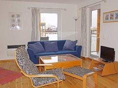 Der Wohnbereich der FLOATING HOUSES im unteren Deck ist modern und maritim eingerichtet.