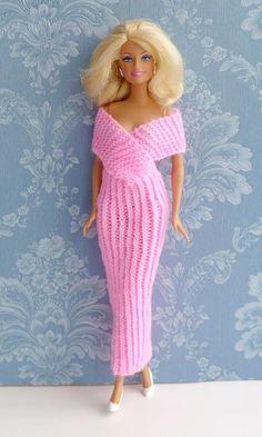 """Schnell gestricktes elegantes Abendkleid mit Strickanleitung von """"Ina strickt"""" Knitting ProjectsKnitting For KidsCrochet ProjectsCrochet Bag Barbie Clothes Patterns, Crochet Barbie Clothes, Girl Doll Clothes, Clothing Patterns, Barbie Knitting Patterns, Knitting Dolls Clothes, Vestidos Bebe Crochet, Barbie Mode, Barbie Wardrobe"""