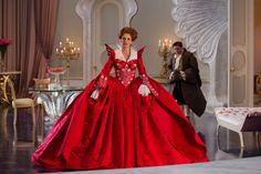 Vestidazo diseñado por Eiko Ishioka para la reina malvada de Blancanieves, encarnada por Julia Roberts