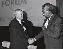 Saam met F.W. de Klerk ontvang Mandela die Nobelprys vir vrede gedurende 1993.