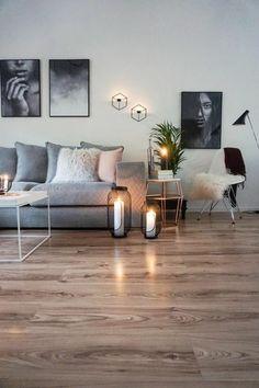 peinture gris perle au mur avec des photographies en noir et blanc et un canapé gris
