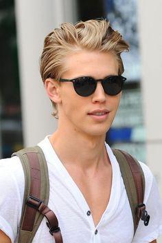 Austin Butler (The Carrie Diaries) Austin Butler, Medium Layered Haircuts, Medium Hair Cuts, Blond Hairstyles, Hairstyles 2018, Medium Blonde, Blonde Guys, Men Blonde Hair, Haircuts For Men