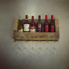 Leuk houten wijnrek voor aan de muur. Check www.alshetmaarvanhoutis.nl en laat hem op maat maken!