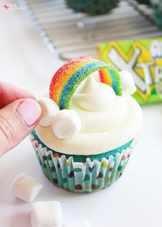 Rainbow Cupcakes – Adorable and so easy to make! How to Make Rainbow Cupcakes for a rainbow baby shower theme or kids birthday party. The best thing about this is that the cupcake toppers are also edible! Cupcakes Arc-en-ciel, Unicorn Cupcakes, Baking Cupcakes, Simple Cupcakes, Decorate Cupcakes, Unicorn Rainbow Cake, Rainbow Cupcakes Recipe, Dragon Cupcakes, Rainbow Cakes