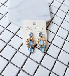 BÔNG TAI HOA XANH NHẠT B3948 Bông tai hoa xanh nhạt thương hiệu Lovisa được làm bằng hợp kim màu vàng ánh kim. Bông tai hoa văn đính đá màu xanh nhạt rất dễ thương và đáng yêu. Thích hợp với mọi bạn gái.  35.000
