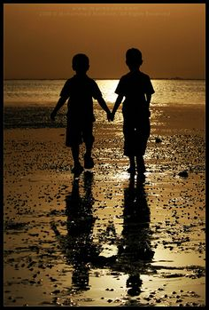 silhouette of best friends on the beach. Silhouette Photography, Art Photography, Silhouettes, Silhouette Fotografie, Shadow Silhouette, Hand Silhouette, Light And Shadow, Oeuvre D'art, Family Photos