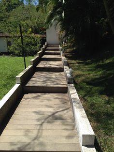 Escada feita com um antigo deck de madeira. Arquitetura sustentável, reaproveitamento e reciclagem de materiais. O meio ambiente agradece.