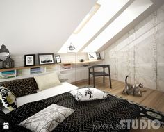 Świetne półki pod oknem dachowym.