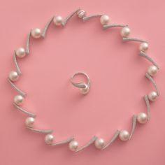 """Ďalší z našich ikonických šperkov – perlová súprava Meridian, nám viac ako výborne zapadá do kontextu predstavenia jednotlivých druhov perál. Zhrnutím nášho experta na drahé kamene, Martina Mikuša: """"V skvostnom """"prípade"""" setu Meridian ide o perly juhomorské, so špičkovou kvalitou, krásnym leskom a ojedinelou veľkosťou 12 – 13 mm. Spoločnosť im robia kúzelné diamanty."""" Sofistikovaný náhrdelník a nadčasový prsteň sa svojou nepopierateľnou krásou a hodnotou perfektne kvalifikujú na dedičný klenot. Pearl Set, Gemstones, Gems, Jewels, Minerals"""