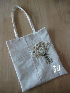 흰 리넨 조각을 쌈솔바느질로 잇고 입체자수로 풀꽃 한 묶음 수놓아 가벼운 천가방을 만들었습니다.  리...