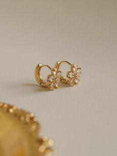Jewelry Design Earrings, Gold Earrings Designs, Gold Jewellery Design, Ear Jewelry, Designer Earrings, Jewlery, Jewelry Accessories, Fashion Accessories, Fashion Jewelry