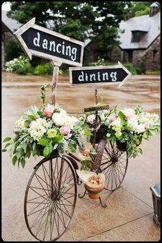 Een fiets als decoratie en wegwijzer