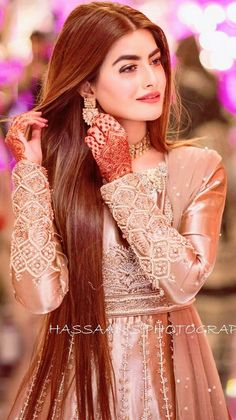 Fashion Ideas Videos Image discovered by Aleena. Find images and videos about cute, beautiful and awesome on We Heart It - the app to get lost in what you love. Asian Wedding Dress Pakistani, Pakistani Party Wear Dresses, Pakistani Bridal Makeup, Bridal Mehndi Dresses, Indian Wedding Gowns, Shadi Dresses, Pakistani Dress Design, Bridal Outfits, Walima Dress