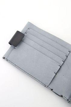 Material1. Cow Leather2. BrassSize(cm)    Size Height Wide Depth   Free 9 12.5 1.5    PRODUCTION AREAMade in Japan  About iolomDesigner : 坂本 憲明 氏Concept : iolomが考える不定形な手の痕跡を主軸に作品を発表。手の痕跡を作品に残しつつ、着用方法/造形/意味が不定形な物を生み出す。デザイナー坂本氏はインテリアデザインを学んだ後、独学でジュエリー、オブジェを創り始める。Devoaやnude:matsuhiko maruyamaをはじめ様々なブランド・アーティストの作品制作も積極的に行っており活動範囲は多岐にわたる。