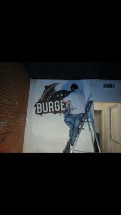 Schilderwerk van Leon Peeters, die ons logo op de achterste wand in de zaak pienselt!