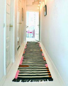 Idée pour relooker un couloir long et étroit quand on est locataire - le tapis !  http://www.homelisty.com/decoration-couloir-long-etroit/