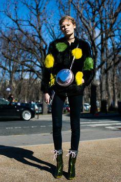 Manteau à pois jaune et vert à la Fashion Week automne-hiver 2016-2017 de Paris  Photo par Sandra Semburg