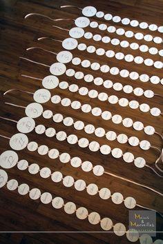 Plan de table - Ronds blancs sur ruban rose - Mains & Merveilles Décoration