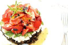 Освежающе, вкусно и ароматно! Салат с клубникой и диким рисом — Вкусные рецепты
