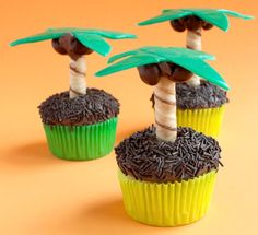 Your kids are going to love these adorable Palm Tree cupcakes! Perfect for a paradise-themed kids' party, this delicious desserts are made with Airheads candy and cylindrical cookies. Hawaiian Cupcakes, Tropical Cupcakes, Beach Cupcakes, Summer Cupcakes, Tropical Party, Cute Cupcakes, Luau Theme Party, Tiki Party, Cupcake Wars
