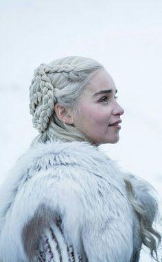 Daenerys Targaryen Season 8 Game of Thrones - Modern Game Oh Thrones, Dessin Game Of Thrones, Game Of Thrones Facts, Game Of Thrones Quotes, Game Of Thrones Funny, Emilia Clarke, Winter Is Here, Winter Is Coming, Gotham