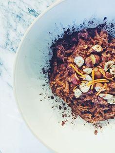 Suklaapatukalta maistuva tuorepuuro, joka koostuu pelkästään terveellisistä raaka-aineista. Kyllä, se on mahdollista. Tämän koukuttavan herkun... Greens Recipe, Food Inspiration, Acai Bowl, Smoothie, Food Photography, Oatmeal, Vegan, Breakfast, Recipes