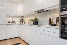 Kitchen Dining, Kitchen Cabinets, Cute Apartment, Scandinavian Interior Design, Kitchen Interior, Home Kitchens, Kitchen Remodel, Modern Furniture, Table