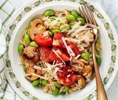 Bjud hela familjen på härligt doftande svamp- och bön risonirisotto. Den frästa löken får koka upp tillsammans med buljong för att sedan blandas ihop med risonin. Tillsammans med den stekta svampen, sojabönorna och grana padanoosten blir rätten oemotståndligt krämig och god.