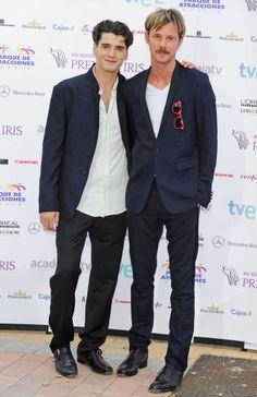 Yon González y Eloy Azorín, amigos y compañeros en Gran Hotel en los Premios Iris de la Televisión