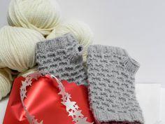 Gomitoli's, di cui abbiamo già parlato molte volte e di cui abbiamo già pubblicato un modello di sciarpa con cappuccio, questa volta ci ha regalato le istruzioni per la realizzazione di un veloce paio di guantini senza dita a maglia, un modello facile e veloce, adattissimo per i primi freddi o come regalo di Natale …