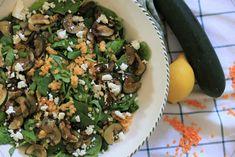 De combinatie van aardse linzen met licht gebakken courgettes, spinazie en natuurlijk was kaas is een perfecte combinatie. Het vleugje citroensap maakt het helemaal af. Feta, Grains, Rice, Salads, Laughter, Jim Rice, Korn, Brass