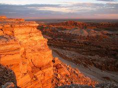 Gegen Abend entlockte das schwächer werdende Licht der Wüsten-Erde die schönsten Farben, von Gold über Purpur bis Ocker-Braun. Gelb-orange erstrahlte das Tal in der untergehenden Sonne (2011)