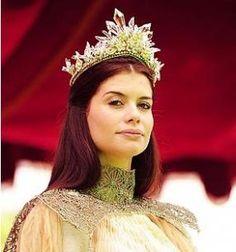 Alinne Moraes/ Rainha Cristina gravando em Chambord com essa coroa linda !