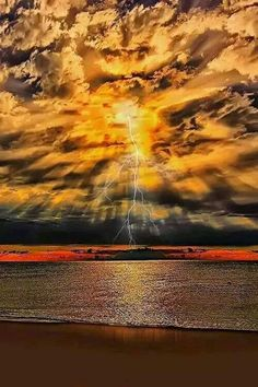 Wow, this is so beautiful sunset and lightning over water. Beautiful Sunset, Beautiful World, Beautiful Images, Stunningly Beautiful, Beautiful Space, Amazing Photography, Nature Photography, Digital Photography, Photography Tips