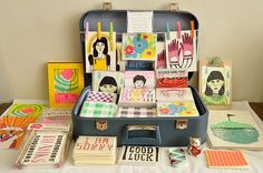 // Vintage Suitcase Display Beautiful and simple - bringing out the colours and design Craft Stall Display, Market Stall Display, Craft Fair Displays, Market Displays, Display Ideas, Card Displays, Market Stalls, Booth Ideas, Local Craft Fairs