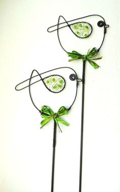 Wire Hanger Crafts, Wire Hangers, Wire Crafts, Fun Crafts, Diy And Crafts, Arts And Crafts, Barbed Wire Art, Nail Polish Flowers, Wire Ornaments