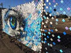 Hyde and Seek – Du street art coloré avec des gobelets en plastique (image) Amazing Street Art, Amazing Art, Natural Privacy Fences, Fence Weaving, Wrought Iron Driveway Gates, Recycled Art Projects, Chain Link Fence, Fence Art, Yarn Bombing