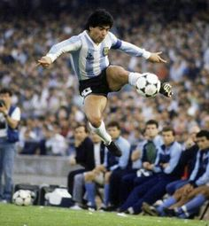 Diego Maradona in spectacular action for Argentina in Top Soccer, Sports Basketball, Football Soccer, Football Is Life, Retro Football, Mexico 86, Cr7 Messi, Adidas Soccer Shoes, Diego Armando